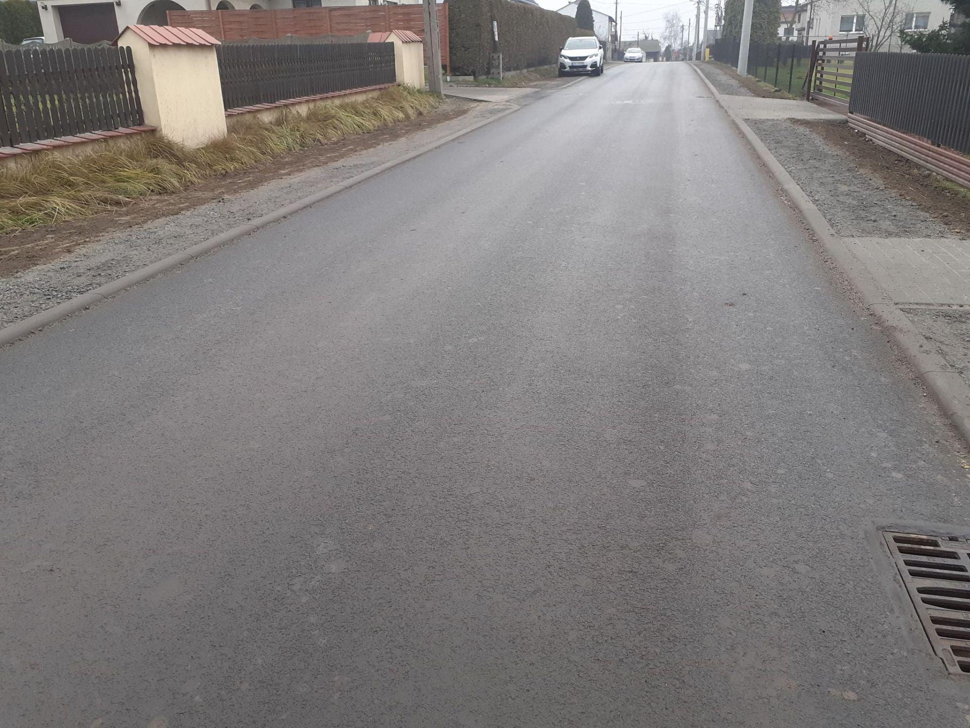 Obrazek przedstawia nową nawierzchnię ulicy Bełsznickiej